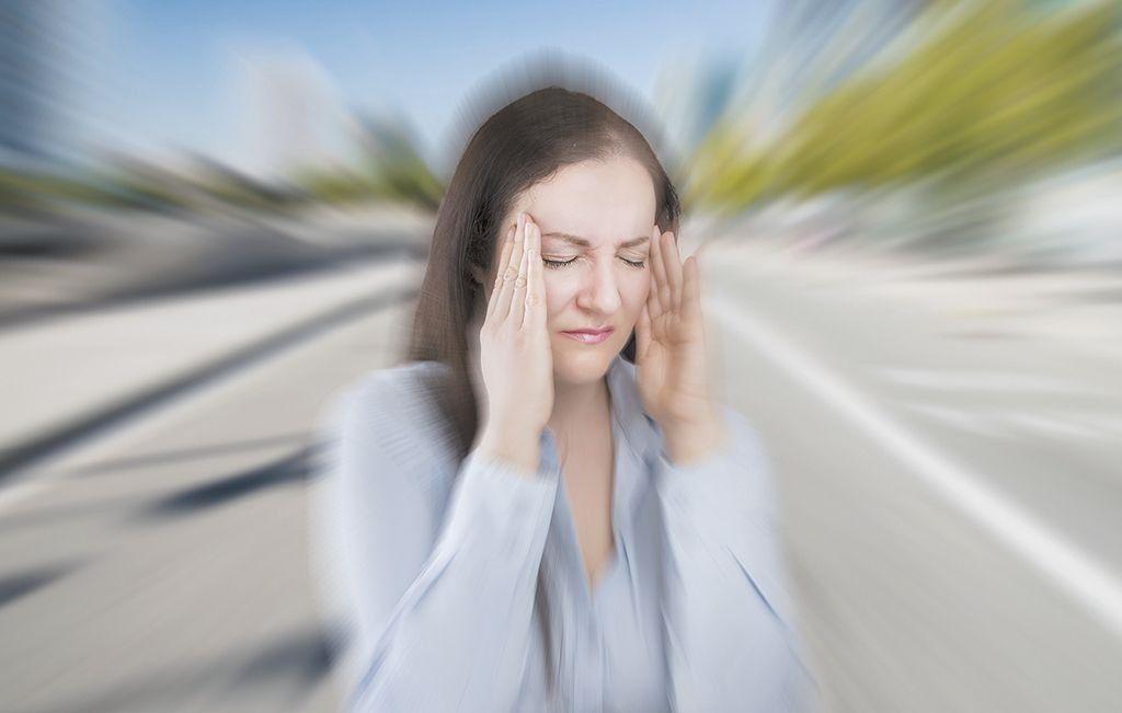 96421b2ec7d07a Zobacz więcej. Estrogen i inne hormony płciowe mogą odpowiadać za częstsze  występowanie bólów głowy i migren u kobiet. iStock.