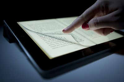 Ebook na iPad'zie (fot. Bloomberg)